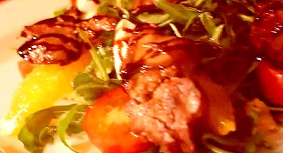 Теплый салат с куриной печенью